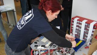 Symbolbild: Frau, Maschinenbau