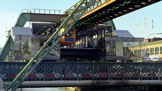 Die Schwebebahn schwebt seit 1900 über Wuppertal